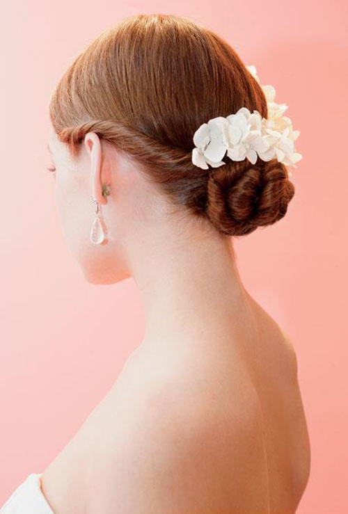 Peinado-de-novia-recogido-y-de-lado-con-un-tocado-florar-de-moda-en-2013-Foto-Brides-Facebook