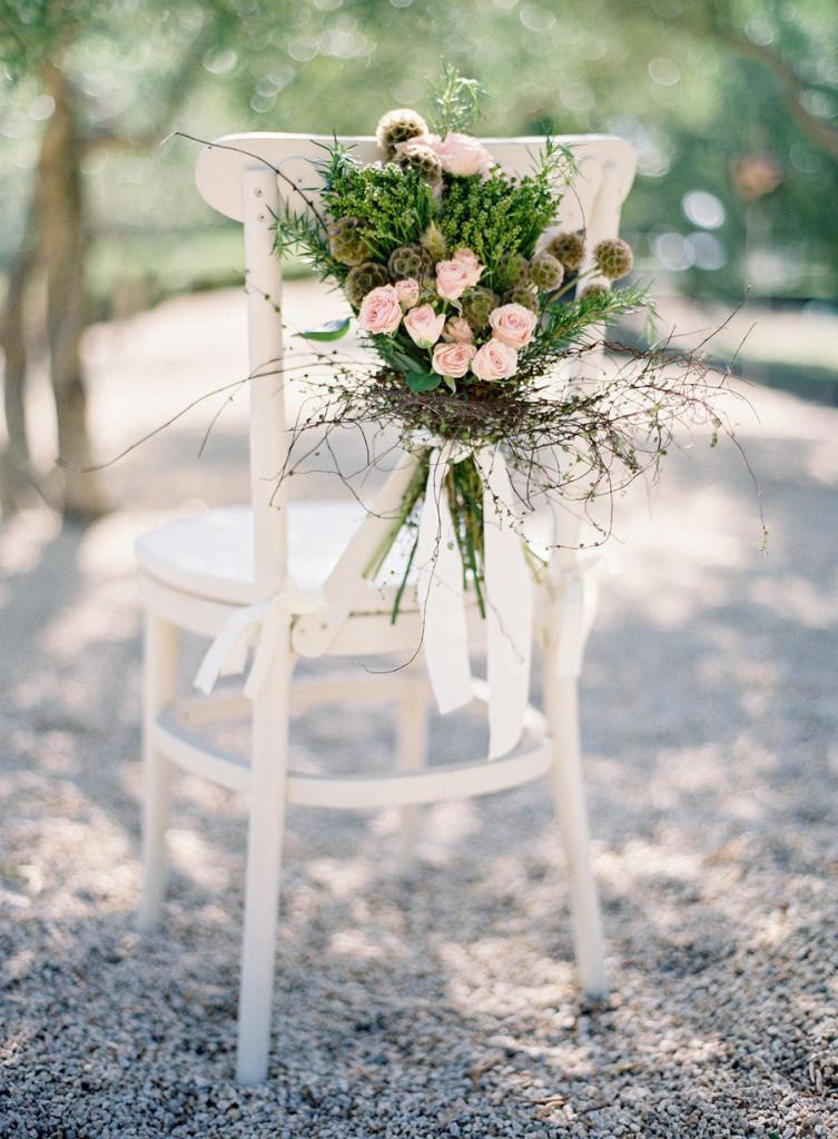 Decoraci n de sillas con flores club de novias for Adornos para bodas con plantas