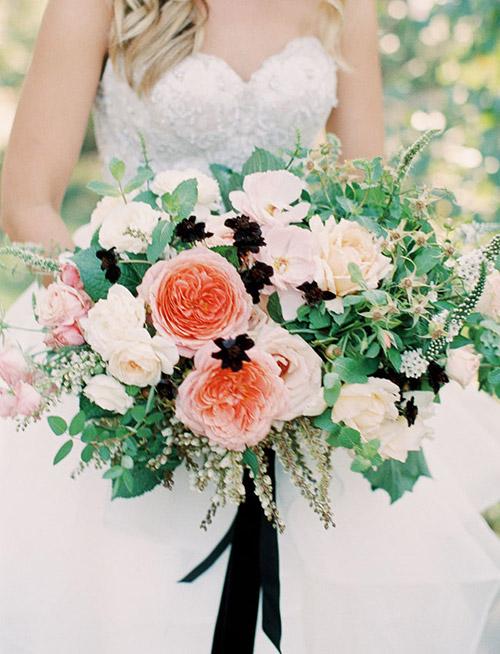 ramo-con-flores-blancas-coral